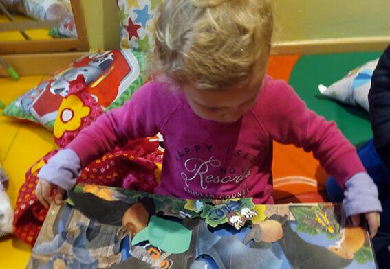 niña leyendo cuentos