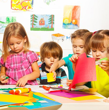 Niños haciendo manualidades.